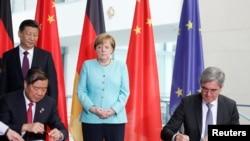 资料照片:中德两国领导人在柏林签署经济合作协议。(2017年7月5日)