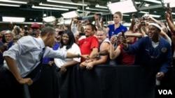 Durante la semana de su cumpleaños 49, el presidente visitó la fábrica de Ford en Chicago, donde fue recibido efusivamente por los trabajadores.