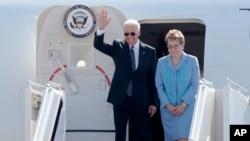 Vice president Joe Biden ari kumwa n'umutambukanyi wiwe Jill Biden, bashitse ku kibanza c'indege co ku murwa mukuru Kiev, bagiye mu birori vyo kurahira vya president mushasha w'igihugu ca Ukraine, Petro Poroshenko