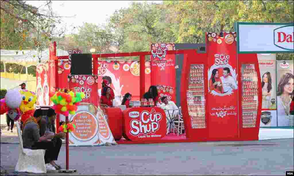کراچی میں لگنے والے اپنی نوعیت کے پہلے ٹی فیسٹیول میں دودھ بنانے والی ایک کمپنی کا اسٹال