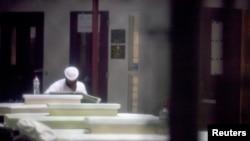 Один из заключенных тюрьмы в Гуантанамо читает газету в помещении общего пользования (архивное фото)