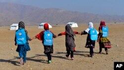 На фото: дівчатка-школярки в Афганістані