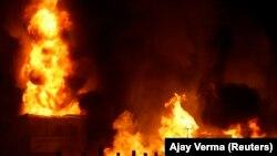 Api melalap pabrik kimia di Panchkula di negara bagian Haryana, India utara, 21 Agustus 2008. (Foto: REUTERS/Ajay Verma)