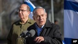 Le Premier Ministre Israelien Benjamin Netanyahu aver le ministre de la Defense Moshe Yaalon (l) en visite a la base militaire pres de Gush Etzion bloc of Jewish settlements in the West Bank, Nov. 23, 2015. (Emil Salman/Pool via AP)