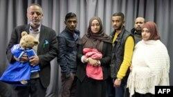 Gia đình của thiếu nữ Anh bỏ nhà gia nhập Nhà nước Hồi giáo Amira Abase và Shamima Begum sau cuộc phỏng vấn với các phương tiện truyền thông ở London, ngày 22/2/2015.