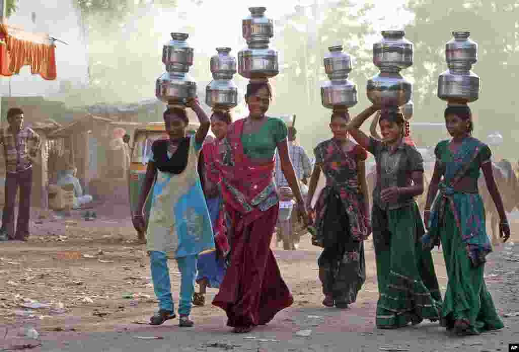 Mùa hè thiếu nước là chuyện thường ngày ở làng Juval của Ấn Độ, cách thành phố Ahmadabad 40 km. Thiếu nữ trong làng phải đi hứng nước về dùng.