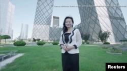 资料照:澳籍华裔主持人成蕾在北京CCTV大楼前
