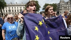 Orang-orang menggenggam bendera dalam unjuk rasa 'March for Europe' menentang keputusan Inggris untuk berpisah dengan Uni Eropa (2/7. London Tengah, Inggris. (foto: REUTERS/Neil Hall)