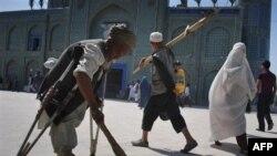 Một người đàn ông quét dọn tại đền thờ Imam Ali ở Mazar-i-Sharif, phía bắc tỉnh Balkh, Afghanistan