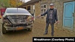 Руслан Мирзаханов указывает на сожженый автомобиль. Именно из-за него он позвонил брату и просил прийти в утро убийства