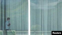 Jair Bolsonaro com máscara no Palácio da Alvorada