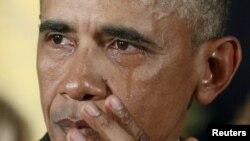 Barak Obama rahbarlikka kelganidan beri kamida 16 marta Oq uydan turib, otishmada o'lganlarning yaqinlariga ta'ziya bildirgan.