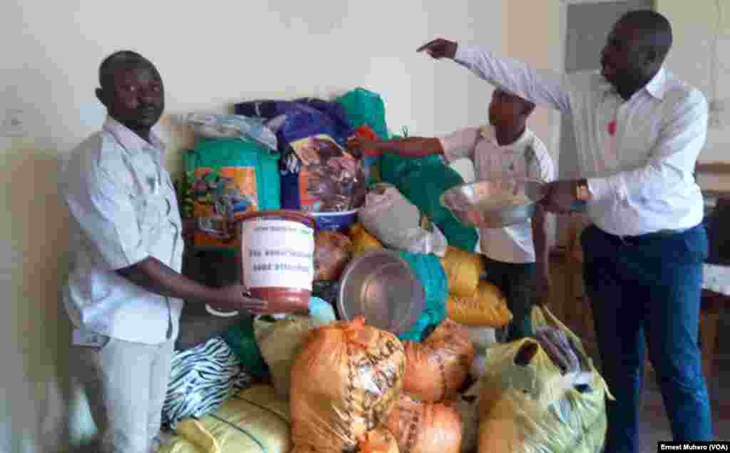 De la nourriture et des biens ont été collectés à Bukavu pour aider les survivants du massacre de Beni, en RDC, le 17 août 2016. (VOA/Ernest Muhero)