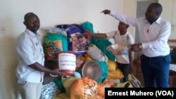 La collecte des denrées pour venir en aide aux survivants du massacre de Béni. (VOA/Ernest Muhero)