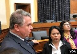 Dân biểu Chris Smith (trái) và bà Nguyễn Thị Mỹ Phượng, chị ruột của ông Nguyễn Hữu Tấn, tại buổi điều trần ở Hạ viện Hoa Kỳ, ngày 25/5/2017.