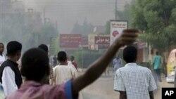 Matairi yakichomwa wakati wa maandamano Khartoum, Sudan. Majeshi ya usalama yalitumia gesi ya machozi kuvunja maandamano dhidi ya serikali.