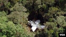 Reruntuhan pesawat Casa 212 di antara pepohonan di pegunungan Hulusekelem, Bahorok, Sumatra utara (30/9).