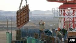 지난해 10월 몽골 수도 울란바토르 인근 건설현장에서 북한 노동자들이 일하고 있다.