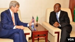 AU Deputy Chairperson Erastus Mwencha and U.S. Secretary of State John Kerry