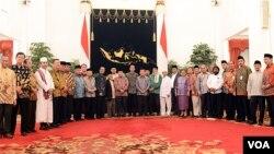 Presiden Jokowi didampingi Wapres Jusuf Kalla bersama para tokoh agama di Istana Negara Jakarta, Kamis malam, 23 juli 2015 (VOA/Andylala).