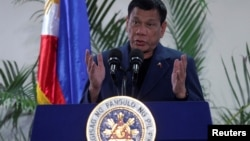 菲律宾总统罗德里戈·杜特尔特从中国返回菲律宾达沃国际机场后在新闻发布会上与记者交谈(2016年10月21日)。