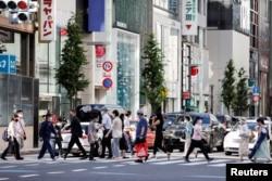 Para pejalan kaki di sekitar pusat perbelanjaan Ginza di tengah pandemi COVID-19 di Tokyo, Jepang, 5 Agustus 2021. (REUTERS/Androniki Christodoulou)