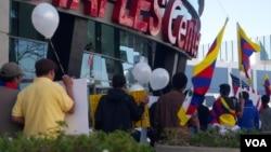 藏人在洛杉矶的史铁波斯中心外抗议(美国之音国符拍摄)