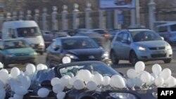 Xe với bong bóng trắng trên đường phố ở Moscow, ngày 29/1/2012. Phe chống đối việc ông Putin trở lại làm tổng thống đã chọn màu trắng làm màu của họ