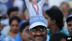 Người ủng hộ đeo hình Tổng thống Sri Lanka Mahinda Rajapaksa trên đầu trong cuộc vận động tranh cử ở Kesbewa, 20 km (12 dặm) phía đông nam thủ đô Colombo, ngày 5/1/2015.