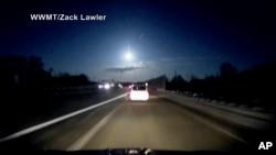 یک شی نورانی در آسمان یکی از بزرگراه های جنوب میشیگان که به تشخیص کارشناسان یک شهاب بود. ۱۶ ژانویه ۲۰۱۸