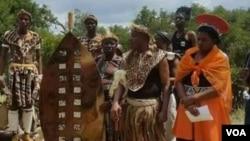 UMnu. Raphael Stanley Khumalo umi lonkosikazi wakhe labanye