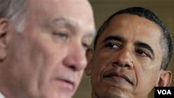 Presiden Barack Obama saat memperkenalkan Kepala Staf Gedung Putih yang baru, William Daley (kiri), Kamis 6 Januari 2011.