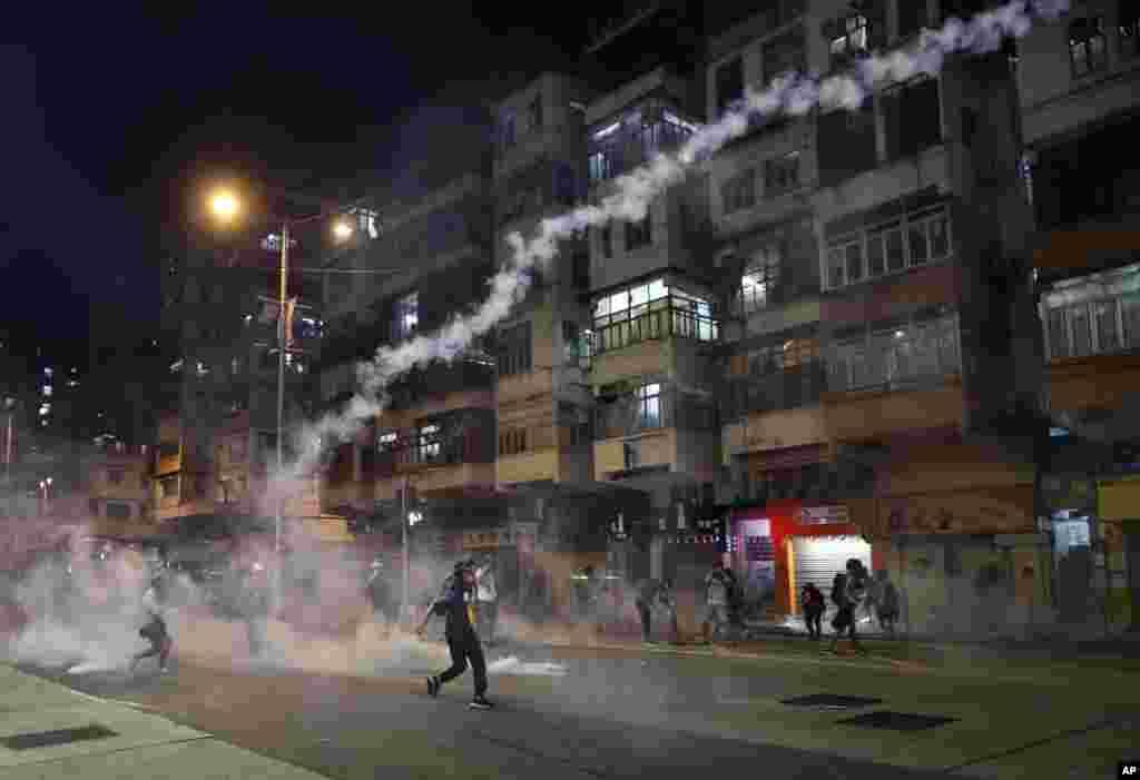 استفاده گاز اشک آور توسط پلیس در پی تظاهرات چند روز گذشته در فرودگاه بین المللی هنگ کنگ
