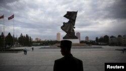 """Seorang tentara berjaga di pintu """"War Museum"""" di Pyongyang, Korea Utara saat dikunjungi oleh para wartawan asing, 9 Oktober 2015 (Foto: dok)."""