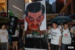 有學生團體製作諷刺特首梁振英的巨型畫像參加7-1大遊行(美國之音湯惠芸)
