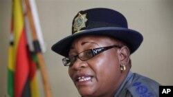 Juru bicara kepolisian Zimbabwe Charity Charamba memberikan keterangan pers di Harare (17/3) menyusul penangkapan salah seorang pengacara HAM Beatrice Mtetwa di kantor PM Tsvangirai.