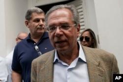 Paulo Guedes, conseiller économique principal du président élu Jair Bolsonaro, quitte la réunion après une réunion avec Bolsonaro et des membres de son parti et de sa campagne pour discuter de la transition présidentielle à Rio de Janeiro, au Brésil, en octobre 30, 2018.