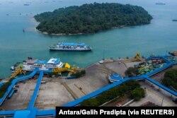 Pemandangan kosong Pelabuhan Merak pada hari pertama larangan perjalanan nasional saat Indonesia menghentikan perjalanan laut, darat, udara, dan kereta api dari 6 hingga 17 Mei untuk perayaan Idul Fitri di Banten, 6 Mei 2021. (Foto: Antara/Galih