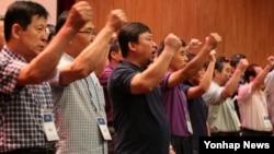 지난달 21일 한국 중소기업진흥공단 연수원에서 개성공단 근로자협의회 소속 회원들이 개성공단 근로자와 협력업체 직원의 생계 보장과 개성공단 출입 허용을 남북한 정부에 촉구하고 있다. (자료사진)