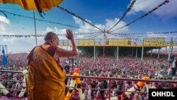 达赖喇嘛对在印度阿鲁纳恰尔邦(中国称藏南)的达旺镇听讲的五万人挥手致意(2017年4月9日)