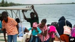 ုုမုန္တုိင္းဒဏ္မွ တိမ္းေရွာင္ရန္ ျပင္ဆင္ေနသည့္ Bahamas ေဒသခံအခ်ဳိ႕။ (ၾသဂုတ္ ၃၁၊ ၂၀၁၉)