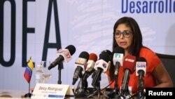 La canciller venezolana Delcy Rodríguez dijo haber recibido instrucciones de Maduro de iniciar el procedimiento de retiro de la OEA si se realiza la reunión de cancilleres.
