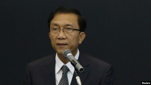 Bộ trưởng Tài chính Miến Điện Win Shein phát biểu trong lúc Bộ trưởng Tài chính Nhật Bản Koriki Jojima (dưới) lắng nghe tại một cuộc họp tại Tokyo.