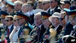ولادیمیر پوتین رئیس جمهوری روسیه (مرکز تصویر) در جشن هفتاد و یکمین سالگرد پیروزی در جنگ جهانی دوم - ۲۰ اردیبهشت ۱۳۹۵