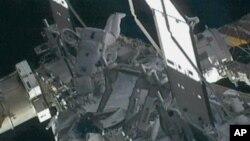 國際太空站指令長威廉姆斯剛剛修復太空站幾個月前遭太空碎片撞擊造成的小裂縫。