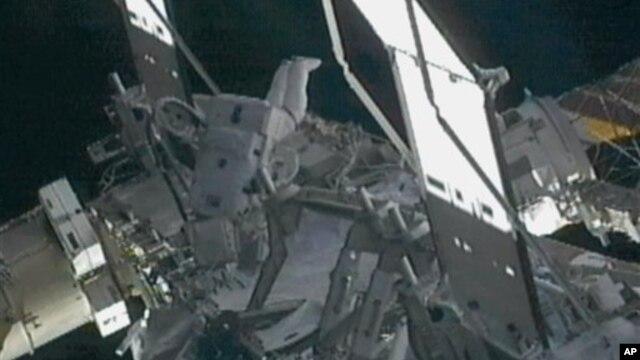 Komandant Međunarodne svemirske stanice Sunita Vilijams tokom današnje popravke na spoljašnjoj strani stanice