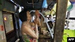 Cư dân tắm rửa trong một khu phố bị ngập lụt ở Bangkok, ngày 8/11/2011
