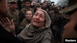 بستگان سوگوار یکی از کشته شدگان رویداد مکتب پشاور