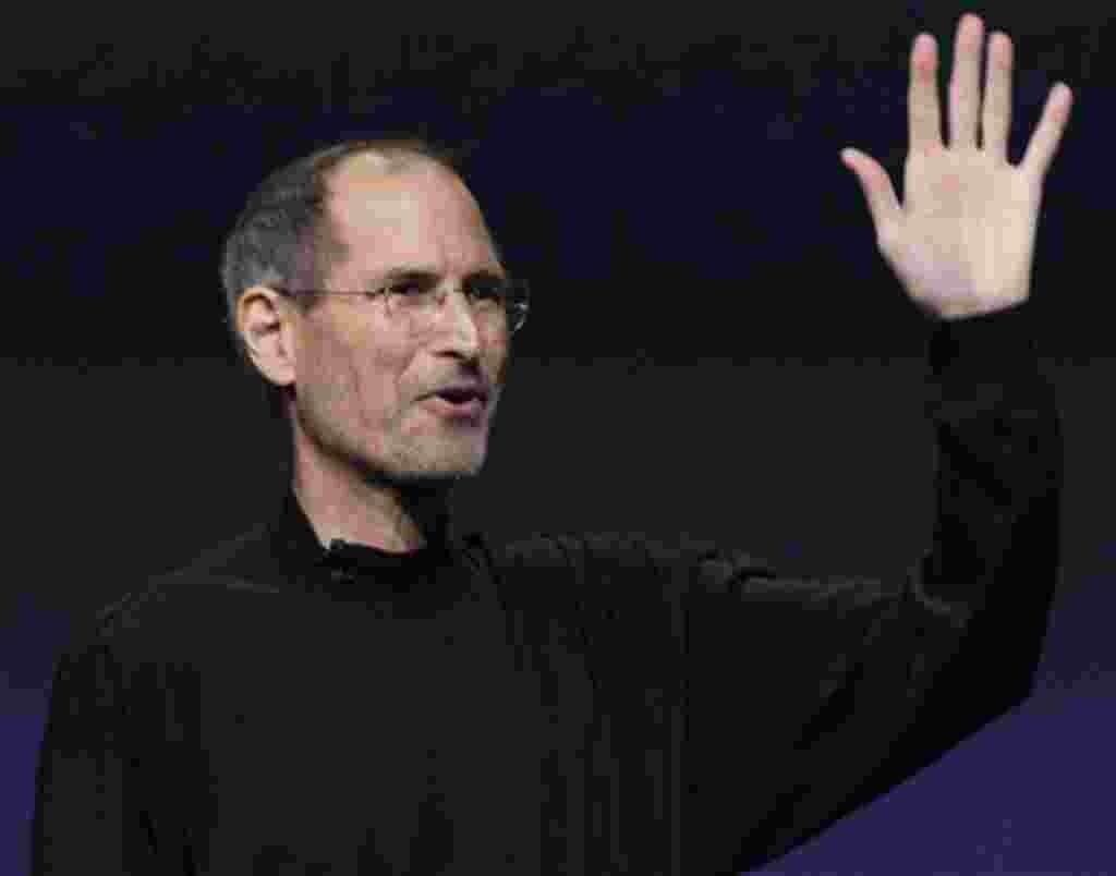 Steve Jobs renuncia a continuar como CEO de la compañía Apple que él mismo creó, y será reemplazado por Tim Cook.