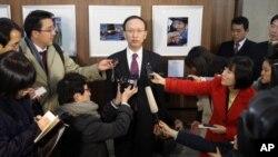 기자들의 질문에 답하는 한국의 현인택 전 통일부 장관 (자료사진).